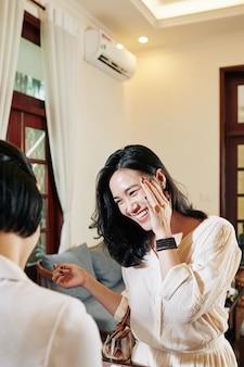 Frau spricht mit rezeptionistin