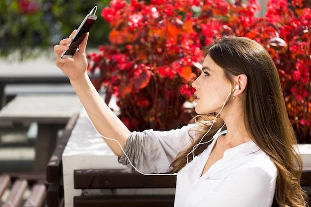 Frau spricht über kopfhörer am telefon