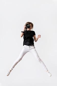 Frau springt und macht ein foto