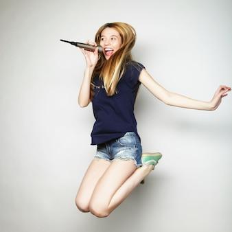 Frau springt und singt