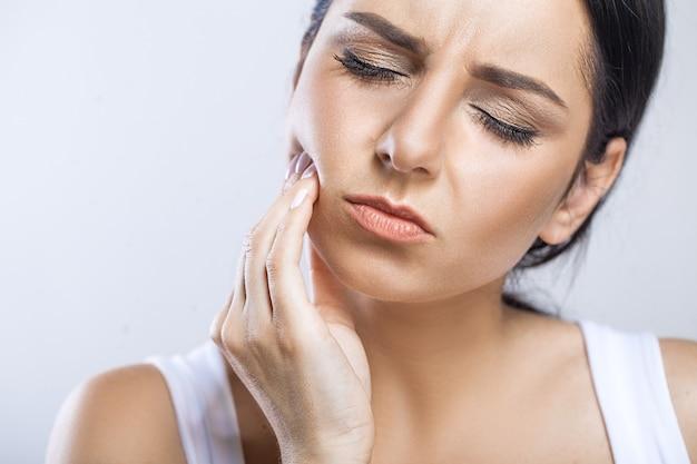 Frau spürt schmerzen im zahn
