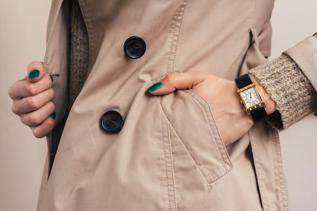 Frau steckte ihre hand in die manteltasche