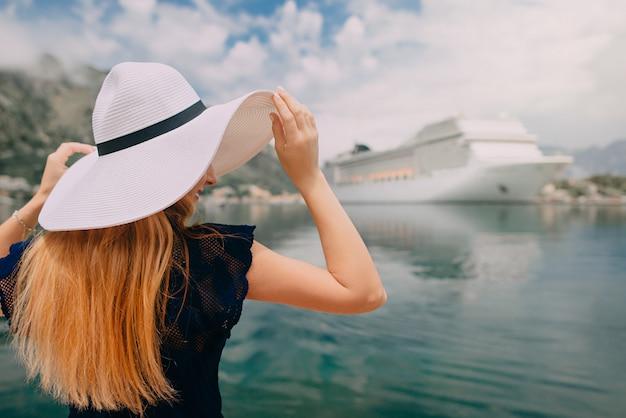 Frau steht auf kreuzfahrtschiffhintergrund