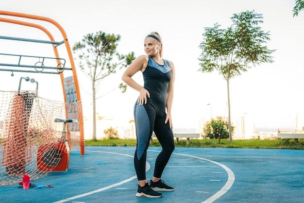 Frau steht im fitnessstudio im freien