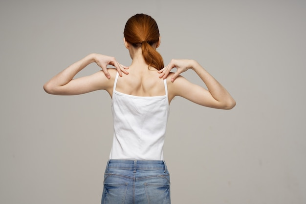 Frau steht zurück massage skoliose medizin isoliert