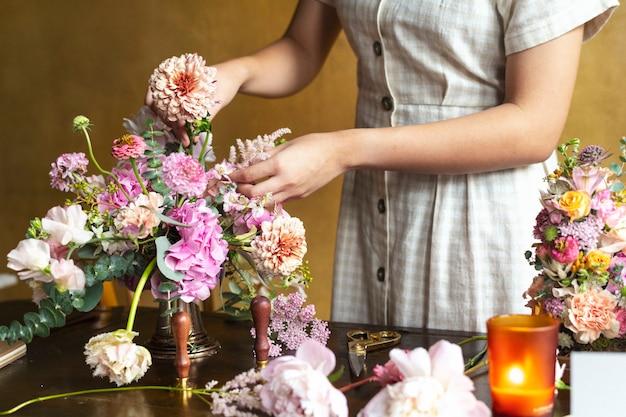 Frau stellt einen kernlachs in eine vase