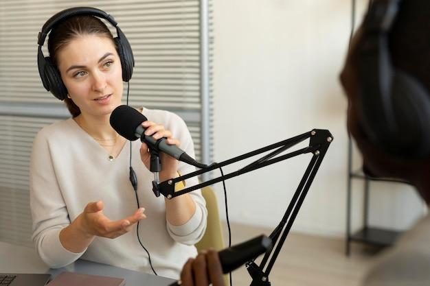 Frau stellt fragen in einem podcast