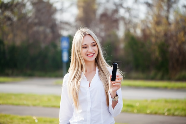 Frau stellt neues technologieprodukt vor
