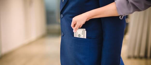 Frau stiehlt geld vom geschäftsmann