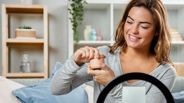 Frau streaming schönheitspflege routine