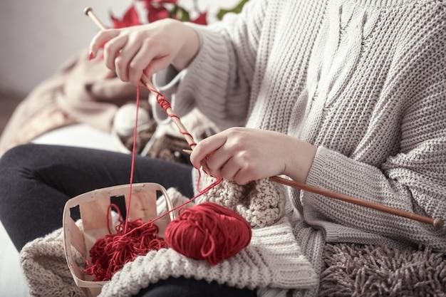 Frau strickt stricknadeln auf der couch