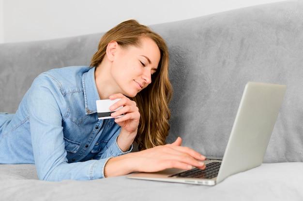 Frau sucht online einkaufen