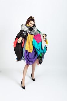 Frau süchtig nach verkauf, kleidung, überproduktion und verrückter nachfrage.