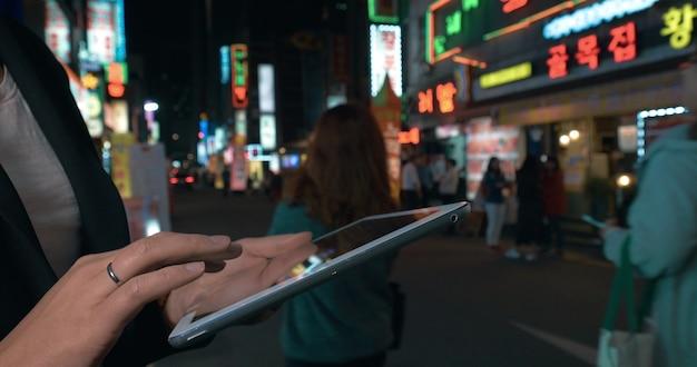 Frau surfen im web auf pad in nacht seoul südkorea?