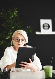 Frau surft auf digitalem tablet im internet