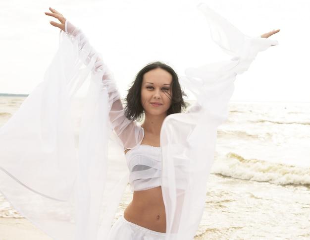 Frau tanzen am strand