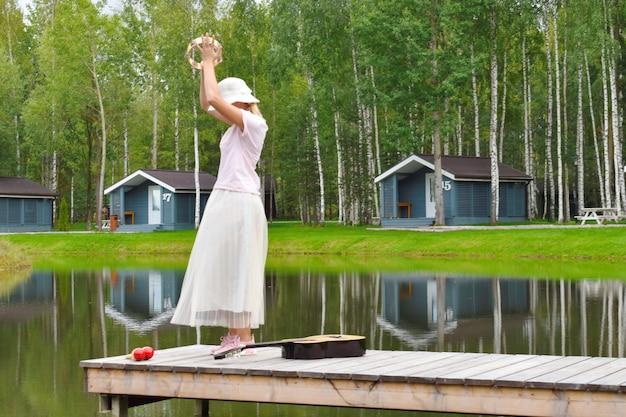 Frau tanzt auf pier