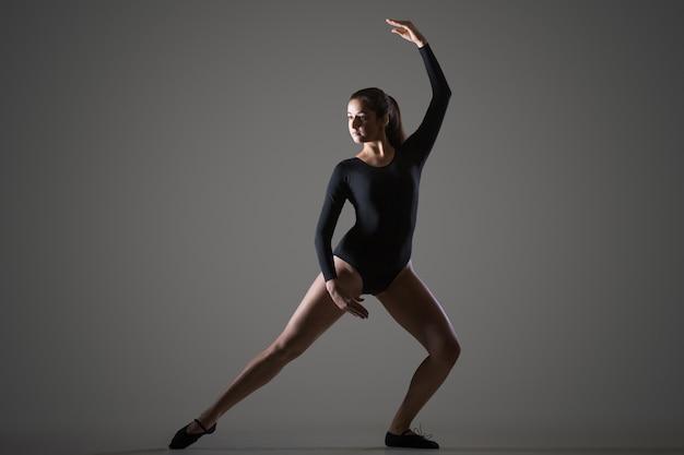 Frau tanzt im atelier