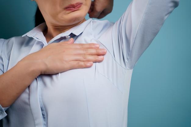 Frau testet den geruch ihrer achselhöhle