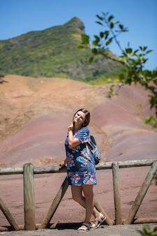 Frau tourist auf der insel mauritius, sands of chamarel