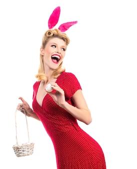 Frau trägt eine maske osterhase und sieht sehr sinnlich aus. sexy model gekleidet in kostüm osterhase.