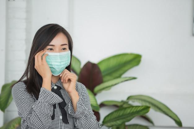 Frau trägt eine schützende gesichtsmaske