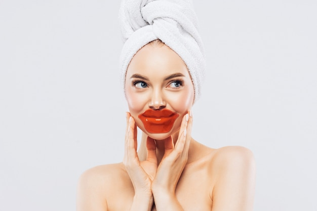 Frau trägt flecken auf den lippen