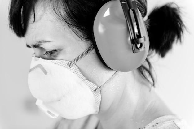 Frau trägt gehörschutz