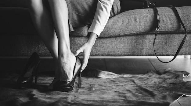 Frau trägt high heels