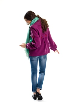 Frau trägt lila mantel. rückansicht des kurzen mantels. stilvolle herbstbekleidung und schuhe. neue lederschuhe auf plattform.
