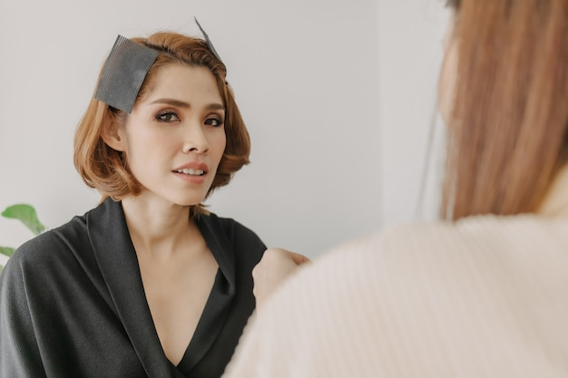 Frau trägt make-up vom maskenbildner