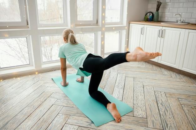 Frau trainiert auf matte
