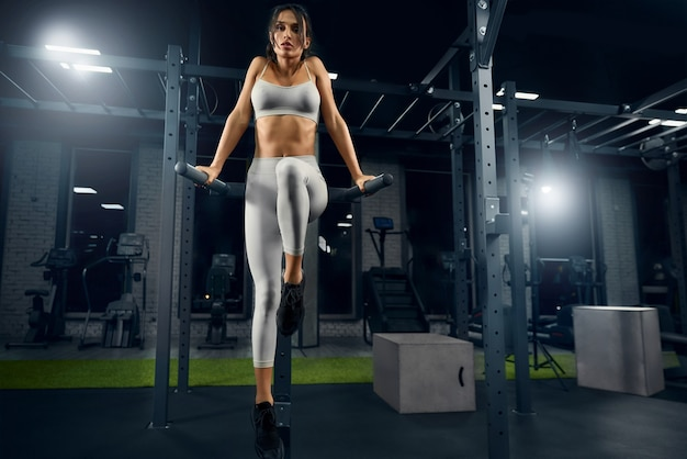 Frau trainiert trizeps im fitnessstudio