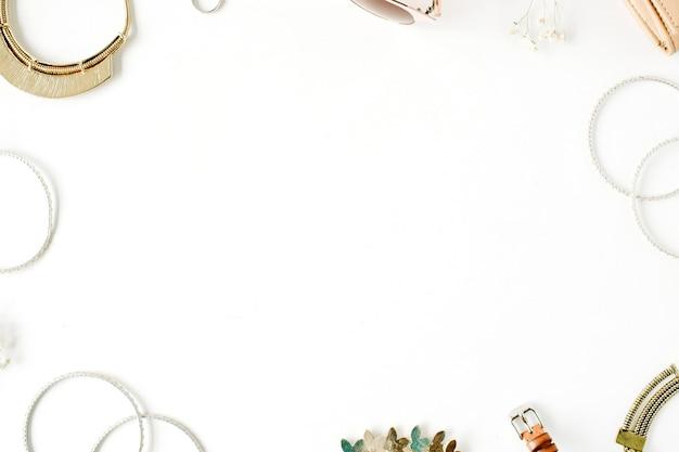 Frau trendige modeaccessoires rahmenanordnung auf weiß