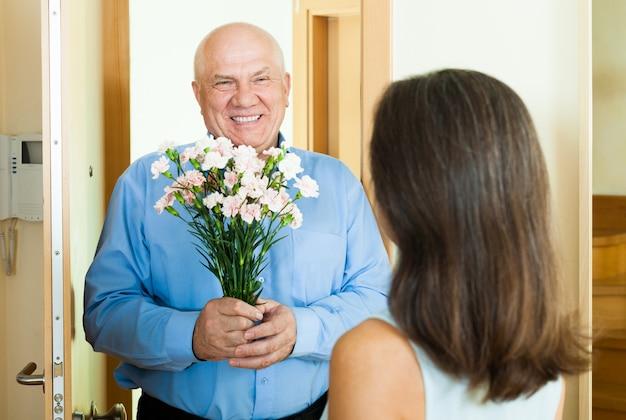 Frau trifft ihren mann