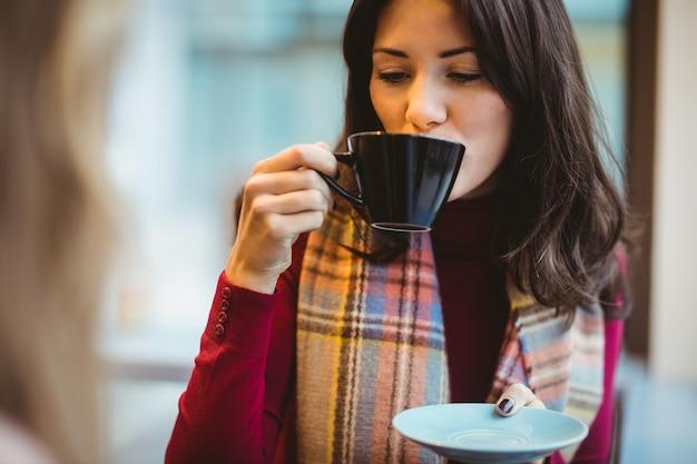 Frau trinkt eine tasse kaffee
