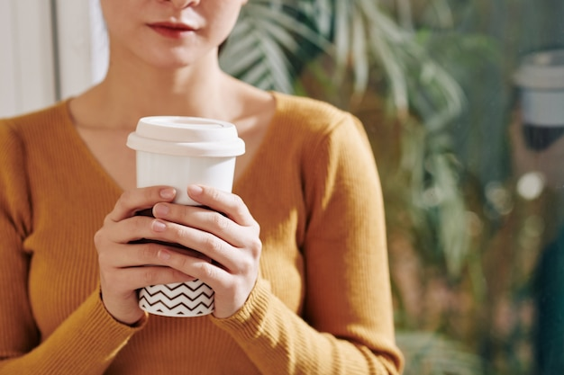 Frau trinkt kaffee herausnehmen