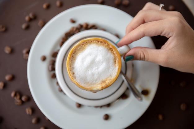 Frau trinkt kaffeetisch.
