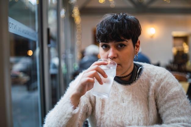 Frau trinkt kaltes soda