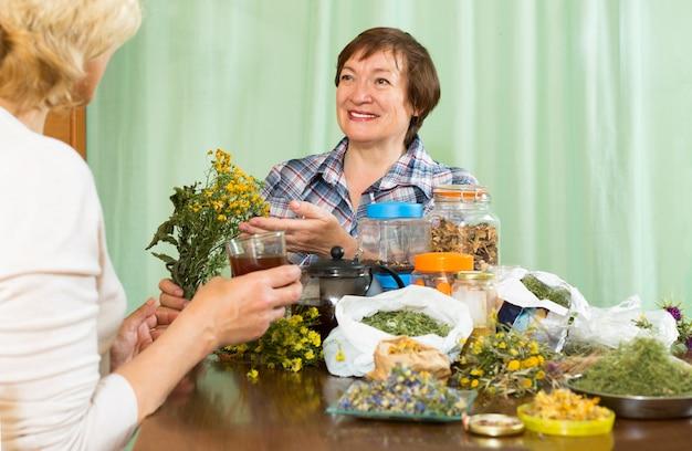 Frau trinkt kräutertee mit ihrem freund