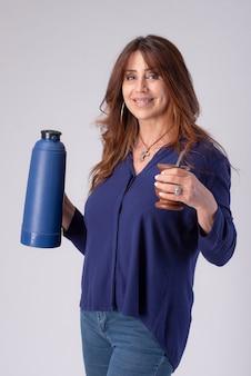 Frau trinkt kumpel mit einem termo