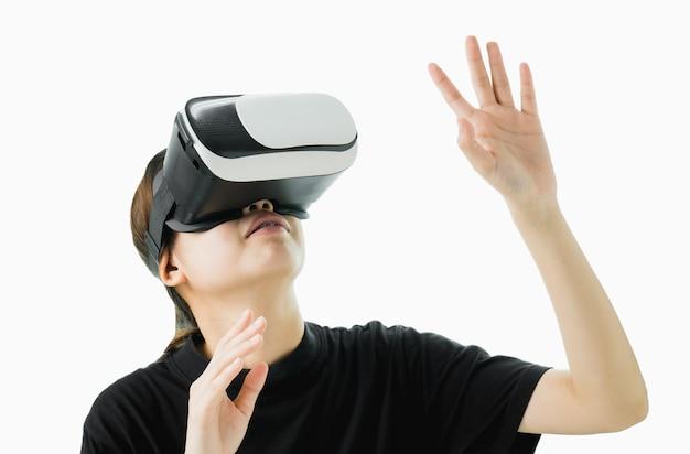 Frau trug ein virtual-reality-headset, das die realität simuliert und aussah.
