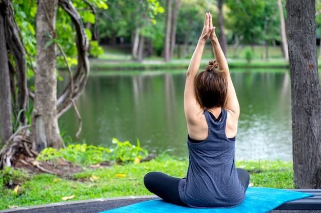 Frau über 50 jahre alt praktizieren yoga