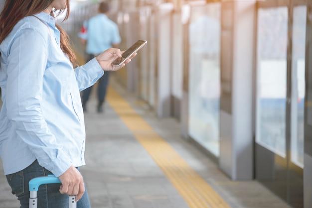 Frau übergibt sms auf smartphone. zeitleistenkonzept