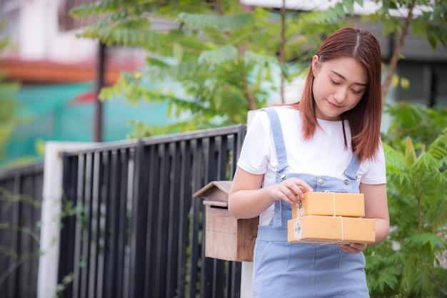 Frau überprüfen sie produkt braune kisten aus der lieferung