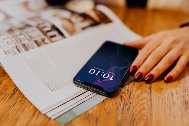 Frau überprüft die uhrzeit auf ihrem telefon