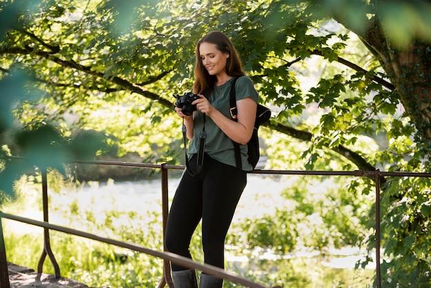 Frau überprüft ihre fotos in der kamera