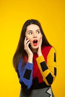 Frau überrascht beim telefonieren