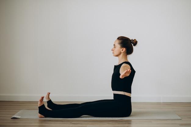 Frau übt pilates im yoga-fitnessstudio