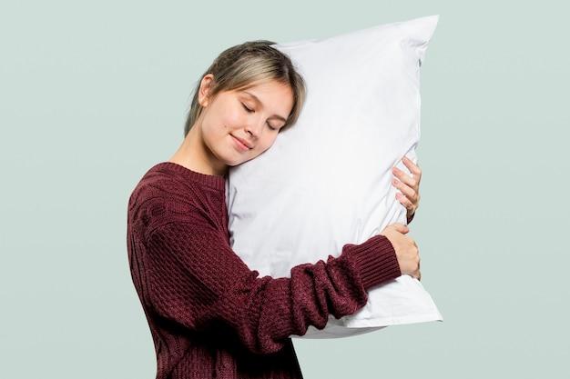 Frau umarmt ein kissen für einen guten schlaf